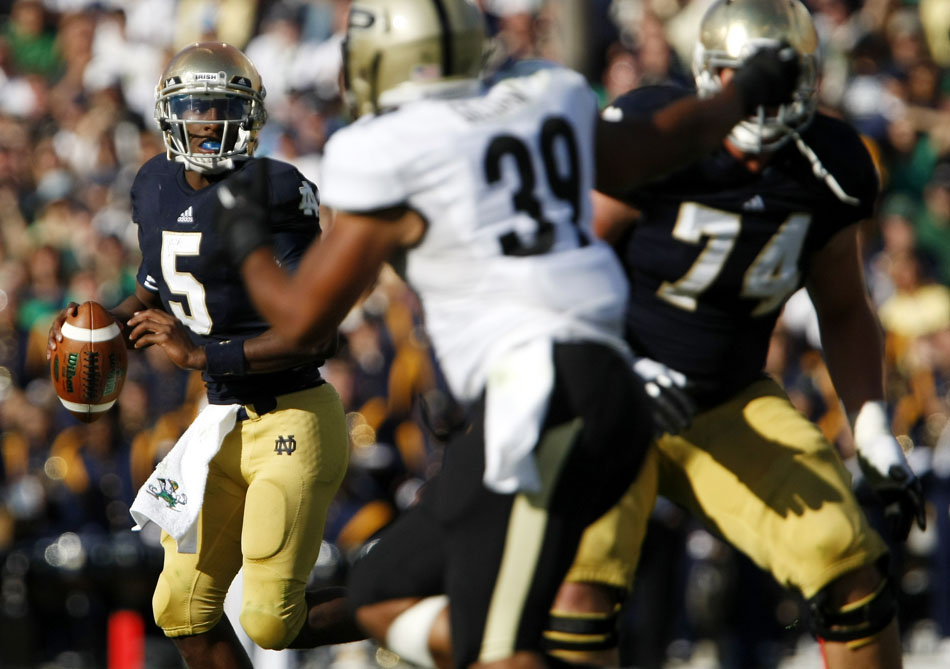Notre Dame quarterback Everett Golson looks to pass during a NCAA college football game on Saturday, Sept. 8, 2012, at Notre Dame. (James Brosher/South Bend Tribune)