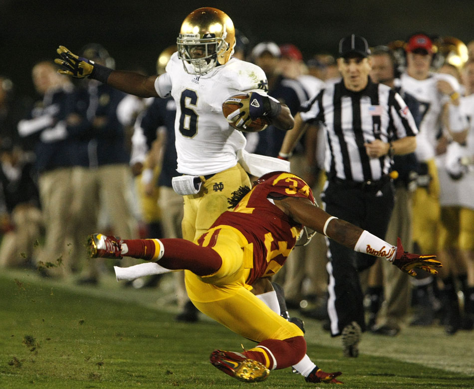 Notre Dame running back Theo Riddick (6) jukes USC linebacker Tony Burnett (34) after a reception during an NCAA college football game on Saturday, Nov. 24, 2012, at the Los Angeles Memorial Coliseum. (James Brosher/South Bend Tribune)
