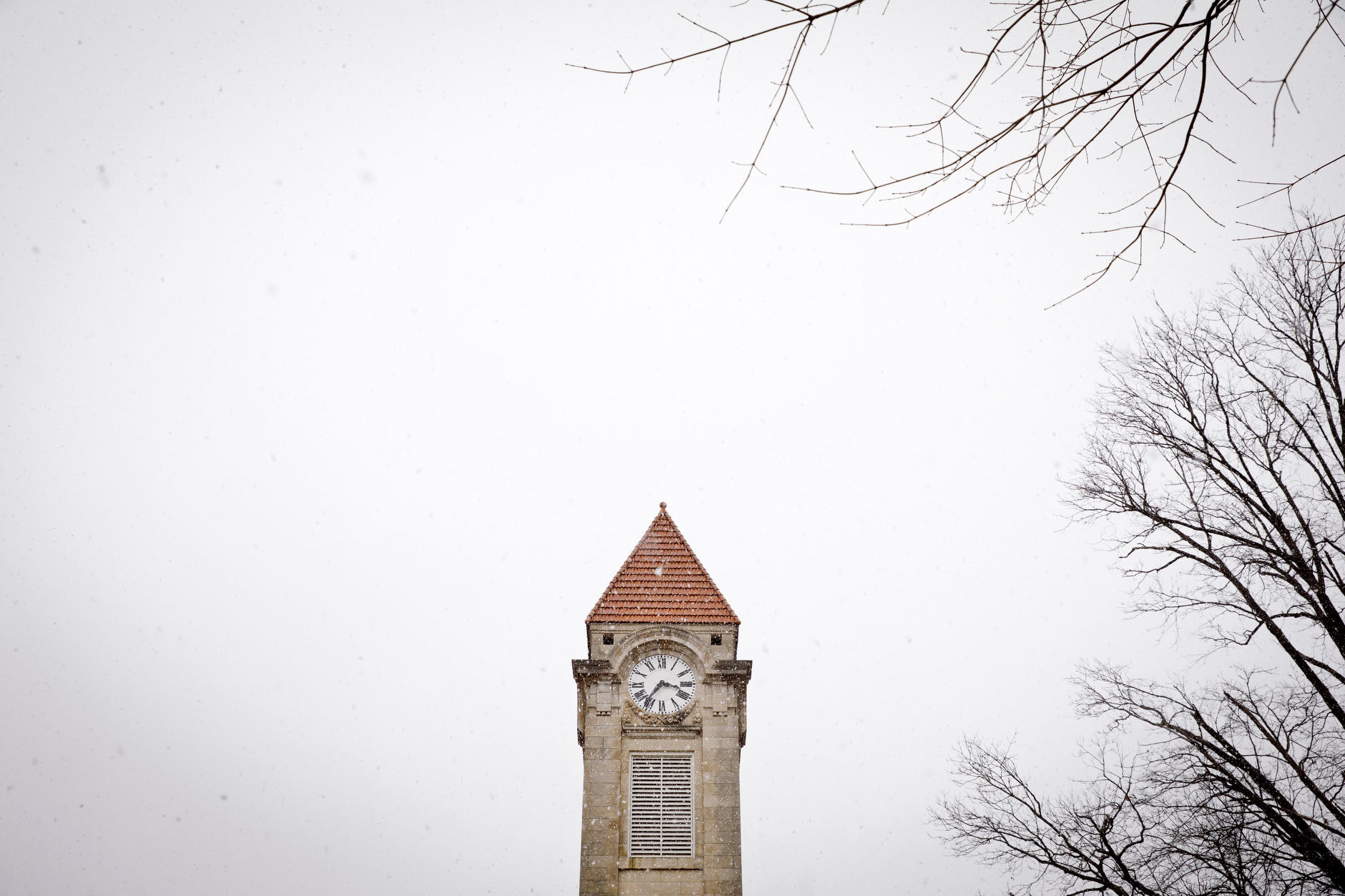 Snow falls in front of the Student Building tower at IU Bloomington on Thursday, March 7, 2019. (James Brosher/Indiana University)