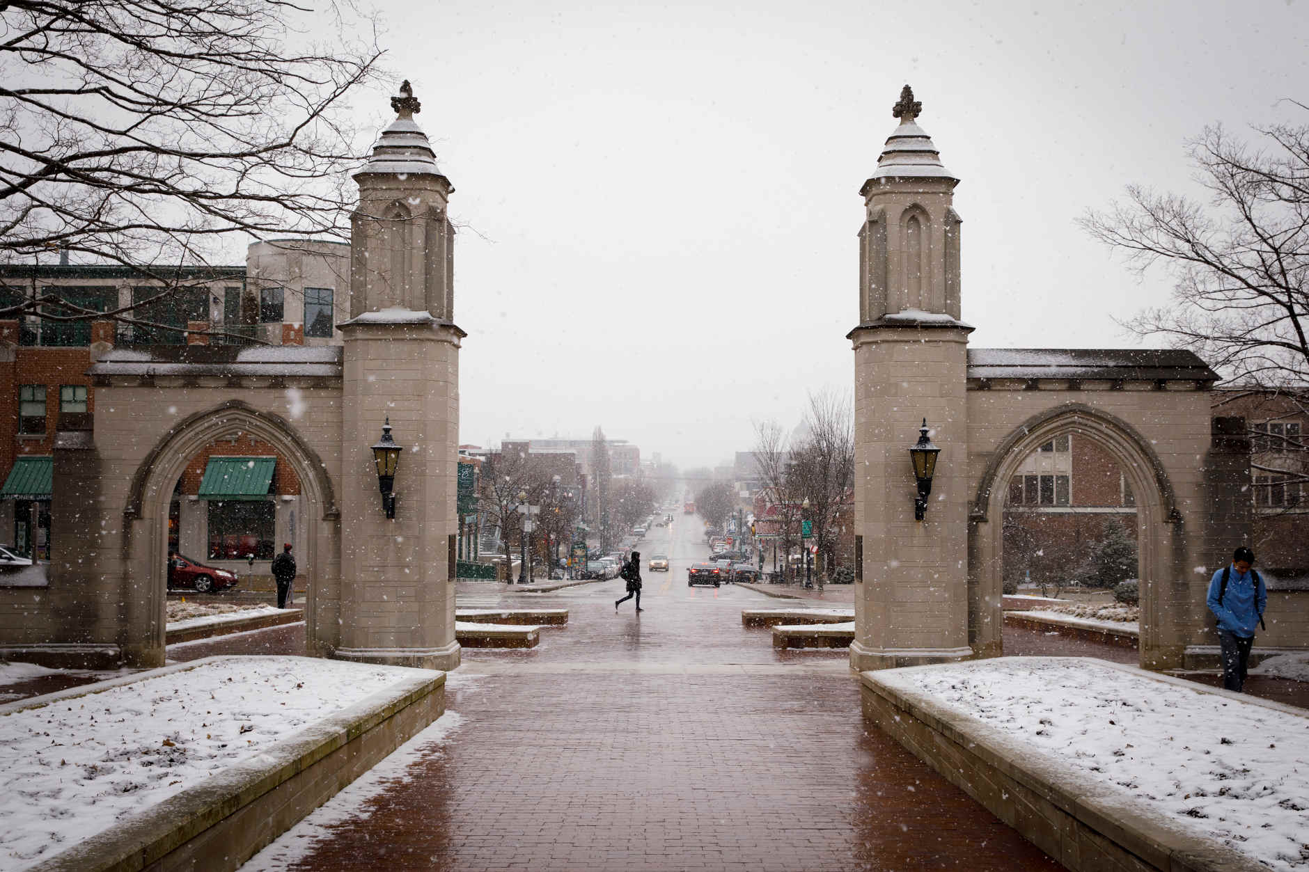 Snow falls in front of the Sample Gates and Kirkwood Avenue at IU Bloomington on Thursday, March 7, 2019. (James Brosher/Indiana University)
