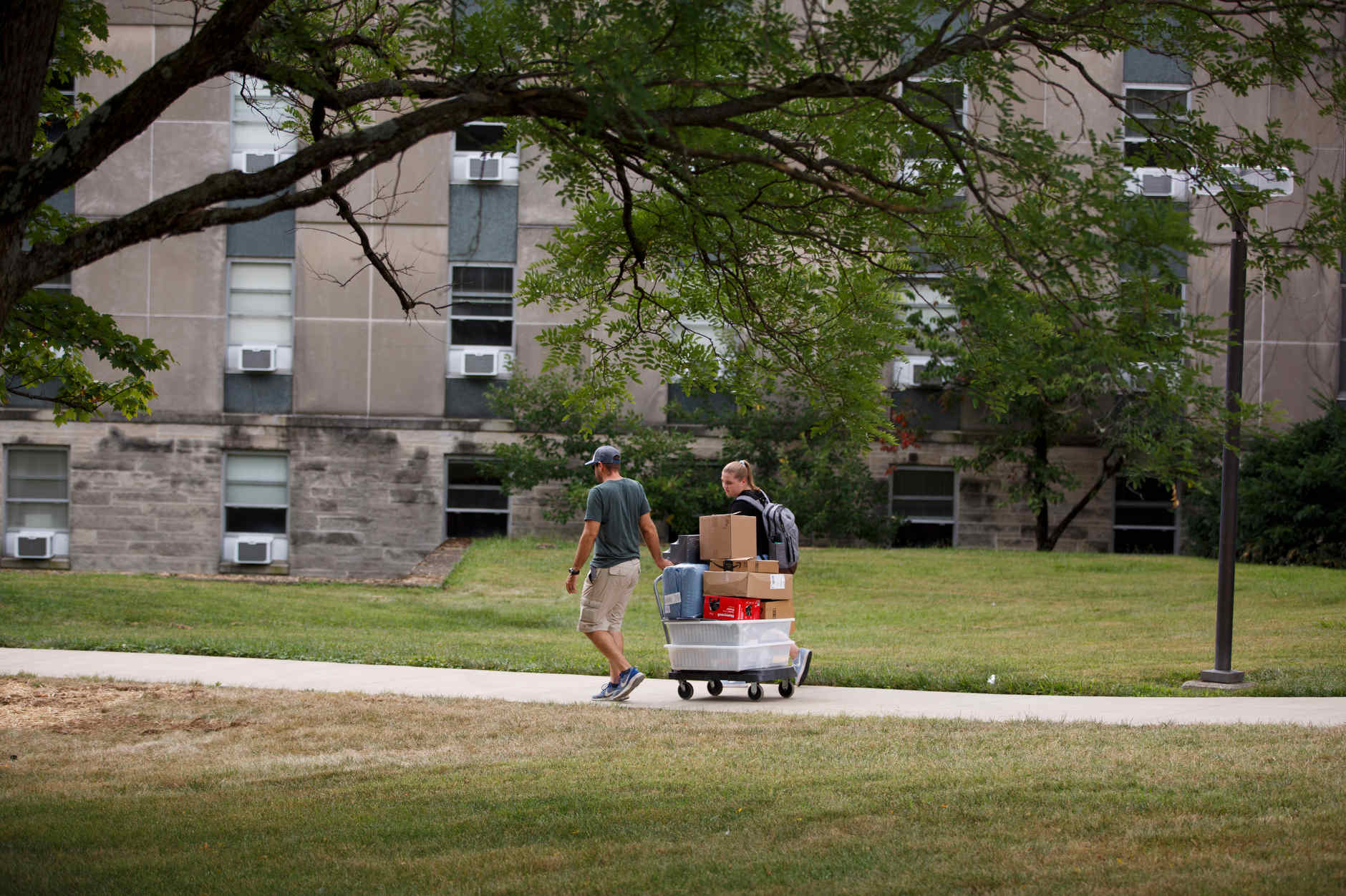 A student wheels her belongs to her room at Wright Quad during IU Bloomington move-in on Tuesday, Aug. 20, 2019. (James Brosher/Indiana University)